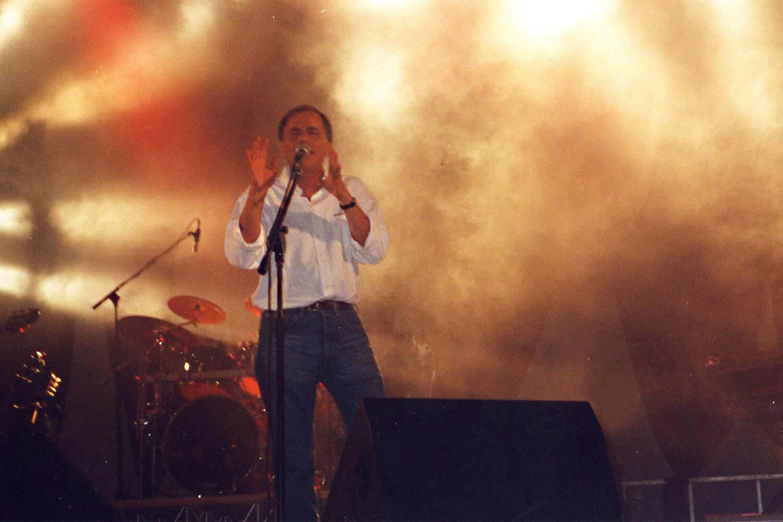 Roberto Vecchioni sul palco de l'isola in collina 2002