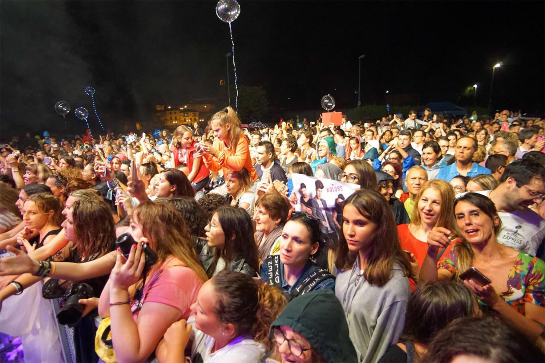 pubblico durante il concerto dei Kolors sul palco de l'isola in collina 2018